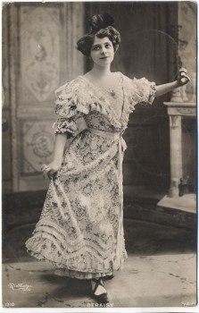 AK Foto Schauspielerin Deraisy im Kleid Reutlinger Paris 1906