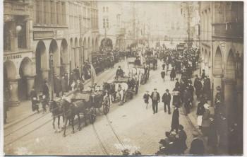 VERKAUFT !!!   AK Foto Münster in Westfalen Studentenumzug Pferdekutschen viele Menschen Geschäft L.A. Brinckmann 1910