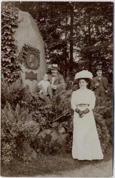 AK Foto Lugknitz Łęknica Partie im Park mit Denkmal und Menschen bei Sorau Żary Neumark / Ostbrandenburg Polen 1920 RAR