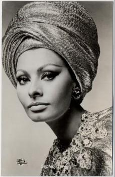AK Foto Schauspielerin Sophia Loren mit Kopftuch 1960
