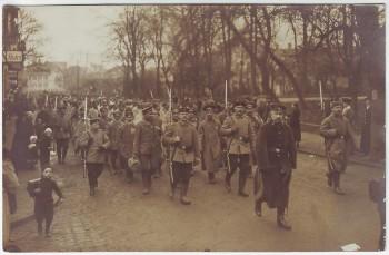 AK Foto Nassau Marschierende Soldaten mit Gewehr Bajonett 1.WK bei Limburg Lahn 1915 RAR