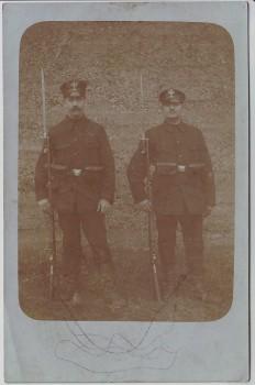 AK Foto 2 Soldaten in Uniform und Bajonett 1. WK Feldpost 1914