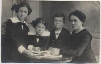 AK Foto Tittmoning Gruppenbild Frau mit 3 Kindern 1915