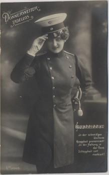 AK Foto Donnerwetter tadellos Frau in Uniform mit Säbel und Mütze 1909