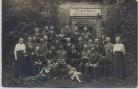 AK Foto Bad Hermannsborn Gruppenfoto vor Sauerbrunnen Hermannsborner Sprudel Bad Driburg 1920