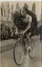 AK Foto Gustav Adolf Täve Schur Radfahrer mit Siegerkranz 1955