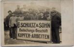AK Foto Gruppenfoto Arbeiter DHW Schultz & Sohn Bedachungs-Geschäft Kupfer-Arbeiten Hamburg Randstraße 1930 RAR