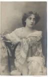 AK Foto Frau auf Stuhl lehnend 1910