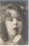AK Foto Kind mit Kirsche im Mund 1910