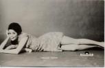 AK Foto Sängerin Wencke Myhre liegend Kolibri-Karte 2986 1960