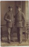 AK Foto 2 Soldaten in Uniform mit Dolch Portrait 1.WK 1915