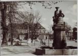 AK Foto Neubrandenburg Mudder-Schulten-Brunnen mit Blick auf Bahnhof 1969