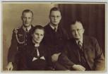 AK Foto Gruppenfoto mit Soldat Feldwebel mit Achselschnur Wehrmacht 2.WK 1939
