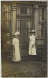 AK Foto Leipzig Gohlis 2 Damen mit Hut vor Hauseingang 1912
