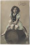AK Foto Kind s'Liserl auf Fass sitzend mit Bierkrügen in der Hand München 1910