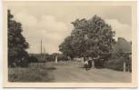 AK Foto Born a. Darß Schulplatz mit Schule Fischland 1954