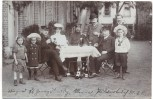 AK Foto Hamburg Gruppenfoto Männer und Kinder am Tisch vor Haus 1907