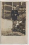 AK Foto Gotha Soldat Flieger vor Gebäude Feldpost 1917