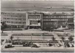 AK Foto Hamburg Flughafen Fuhlsbüttel Gebäude mit Autos und Flugzeugen 1960