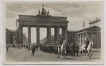 AK Foto Berlin Einzug der Wache durch das Brandenburger Tor Soldaten Wehrmacht Stahlhelm 1938