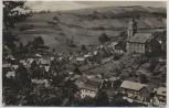 AK Foto Lauscha Thüringen Ortsmitte mit Kirche im Hintergrund Steiniger Hügel 1956