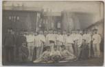 AK Foto Neumünster Soldaten vor Gebäude Feldpost Stempel Reserve-Lazarett 1917