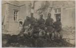 VERKAUFT !!!   AK Foto Soldaten Sanitäter vor Gebäude 1.WK Feldpost 1917