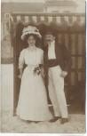 AK Foto Frau mit Hut und Mann am Strand Binz Ostsee 1908