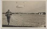 AK Foto Fallschirmjäger bei der Landung Unsere Luftwaffe Verlag Horn 1940