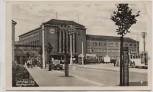 AK Foto Zwickau in Sachsen Hauptbahnhof mit Straßenbahn Autos 1951