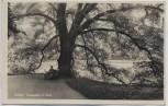 AK Foto Gotha Ruheplatz im Park Baum mit Mann 1930